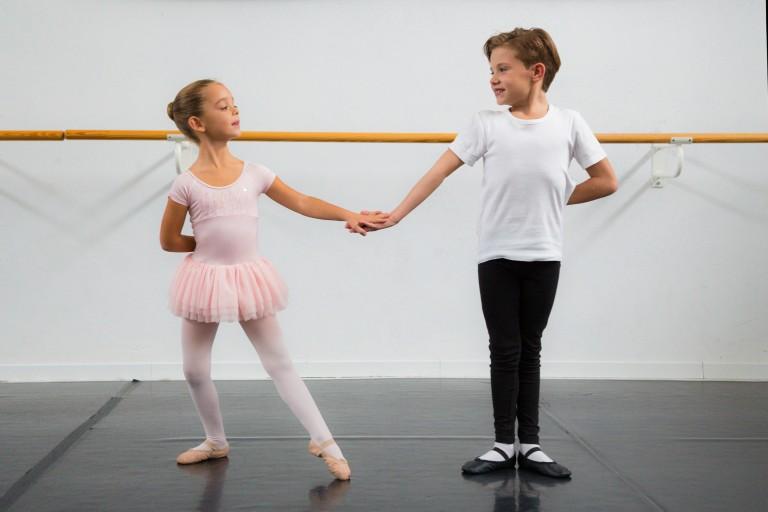 Piccoli ballerini che si tengono per mano