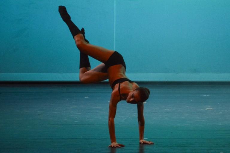 Ballerine durante un esibizione di danza sul palco