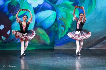 Ballerine che ballano la tarantella sul palco