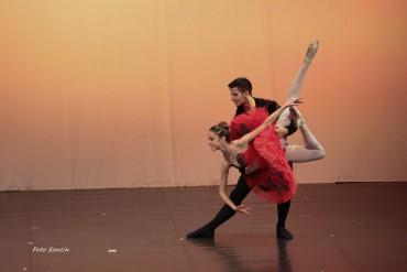 Allievi delle scuola di danza che si esibiscono nel passo a due