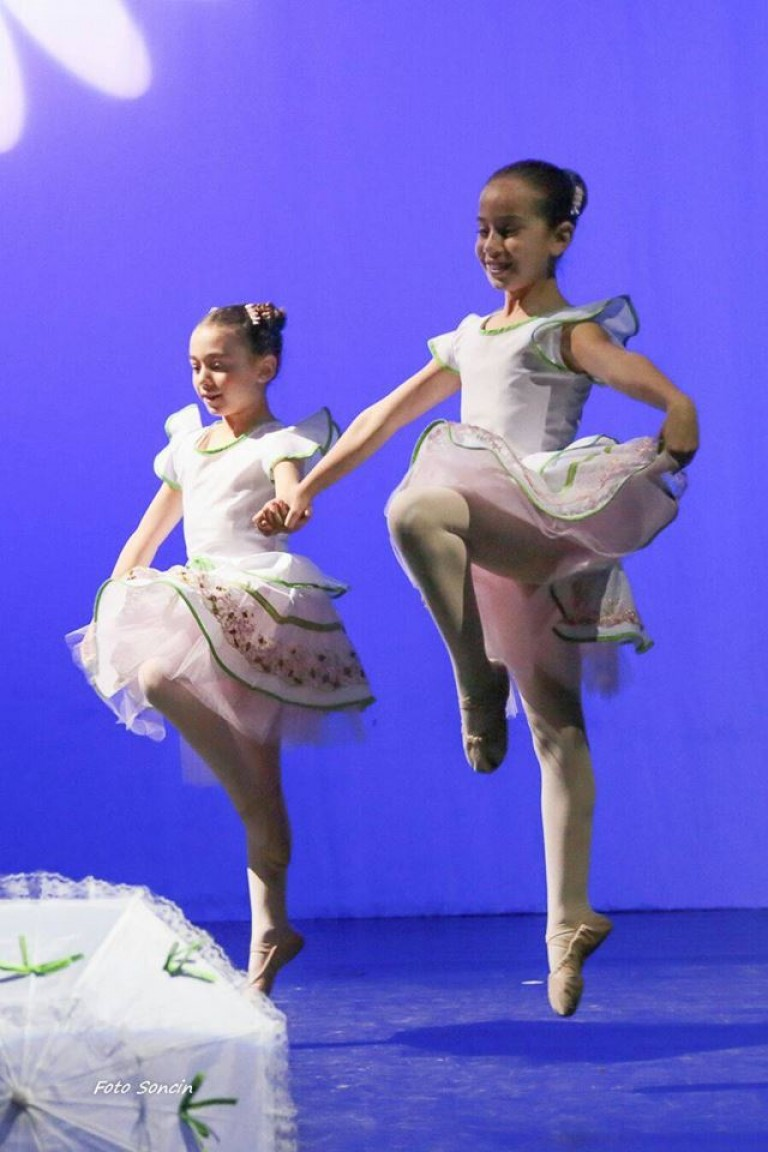 Alessandro e Martina che ballano sul palco