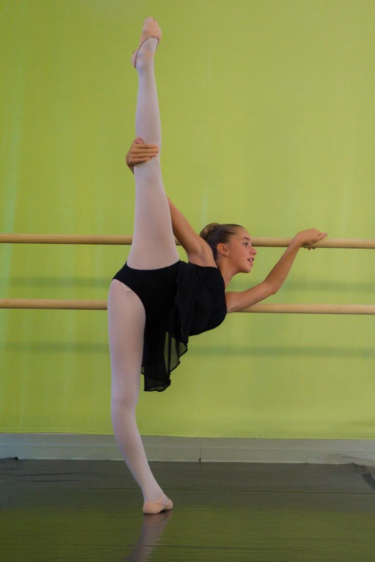 Allieva della scuola di danza che si esibisce nell arabesque