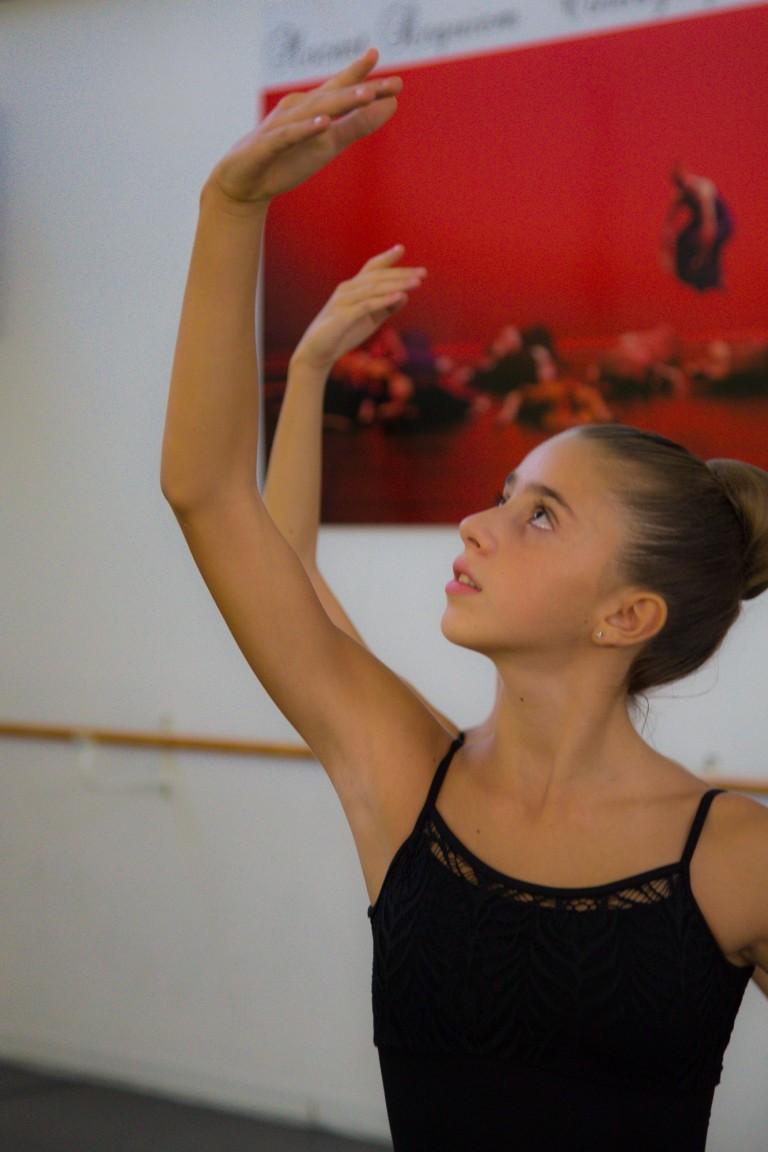 Primo piano di una giovane ballerina di danza classica