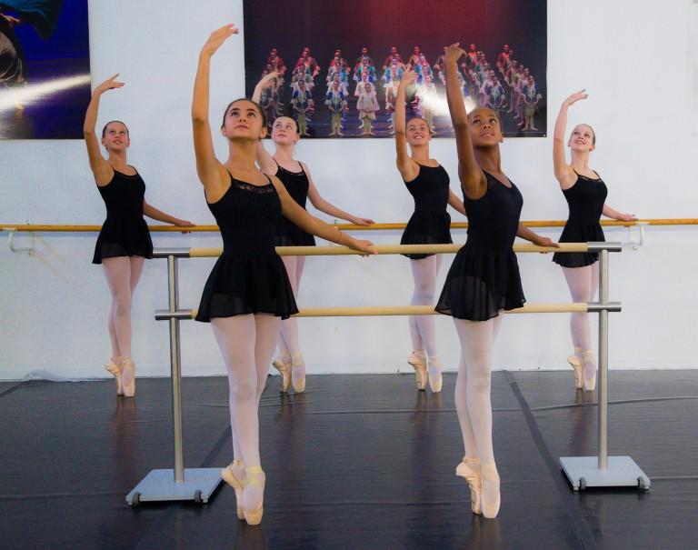 Allieve della scuola di danza durante corso di danza classica