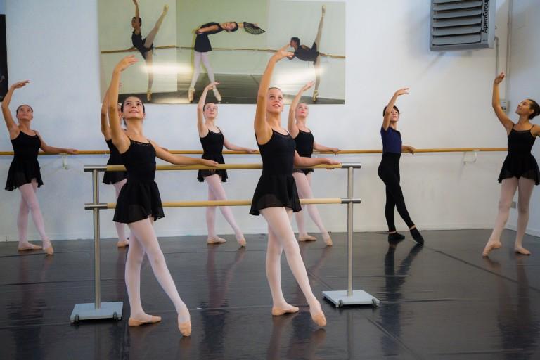 Allieve della scuola di danza alla sbarra