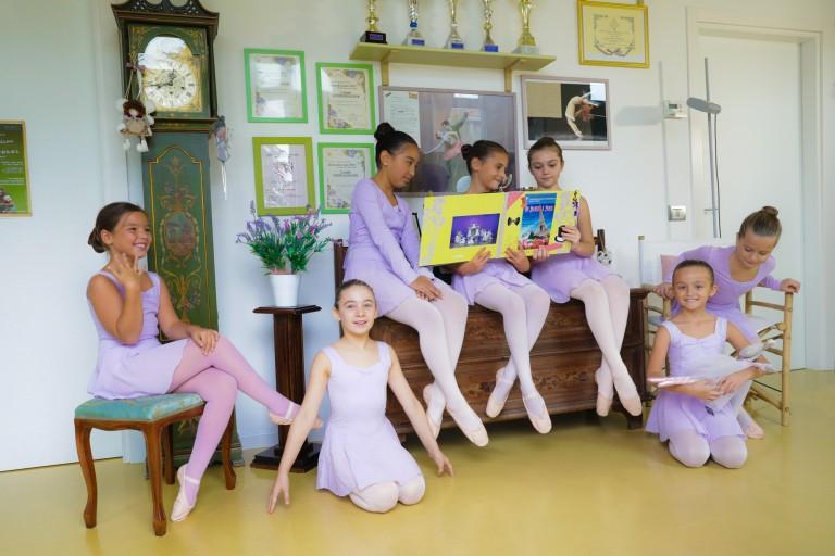 Allieve della scuola di danza con i trofei sullo sfondo