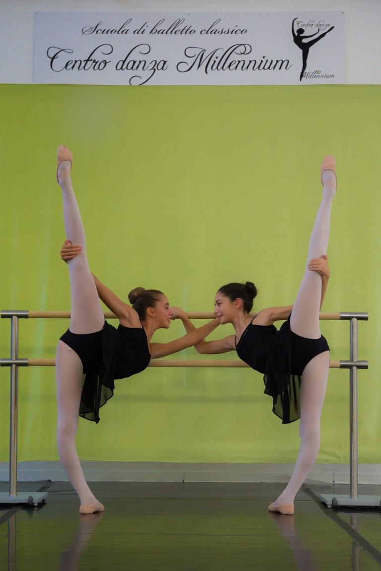Allieve della scuola di danza che si esibiscono nell arabesque