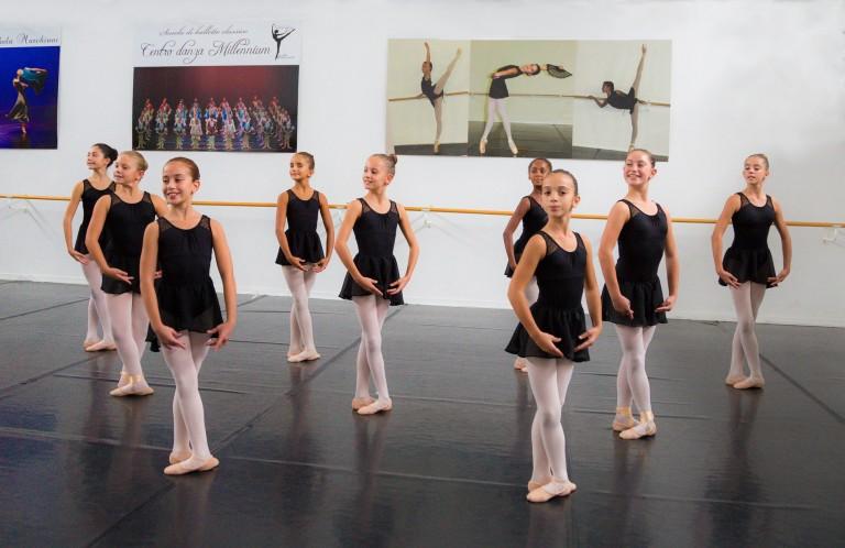 Allieve della scuola di danza in quinta posizione