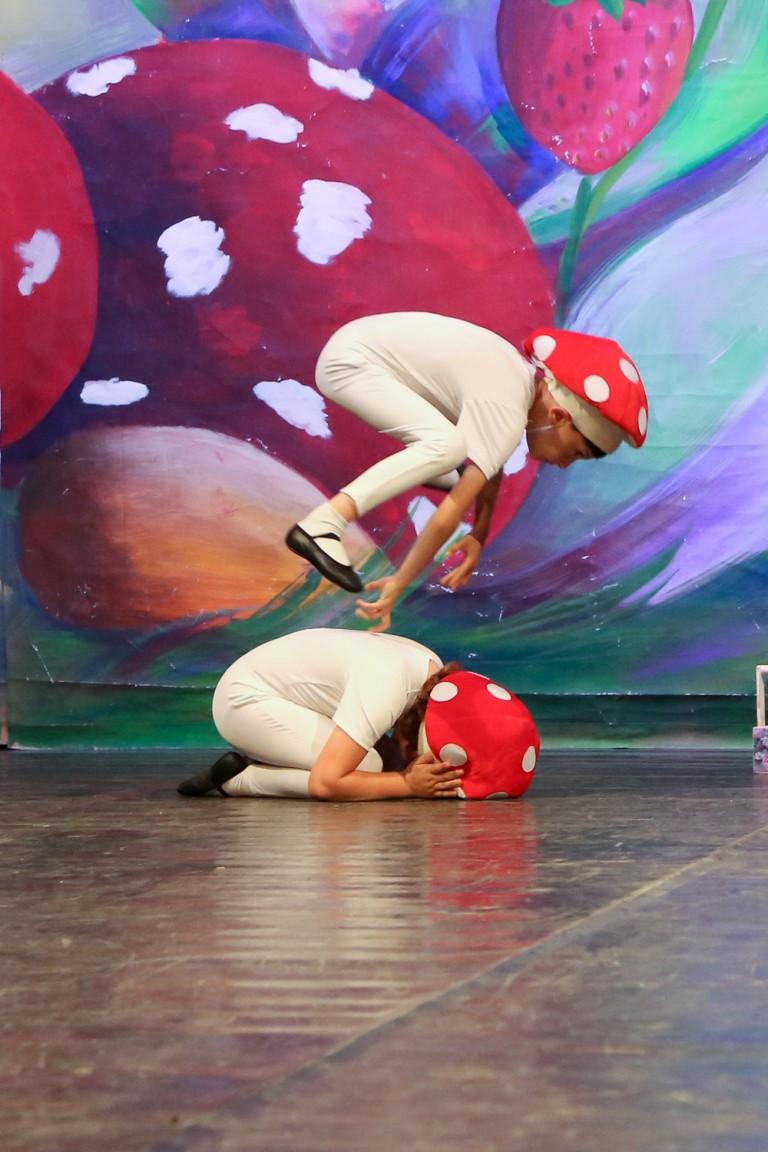 Piccoli ballerini che si esibiscono sul palco