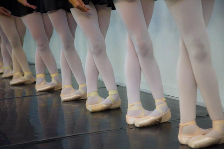 Primo piano di piedi di ballerine di danza classica