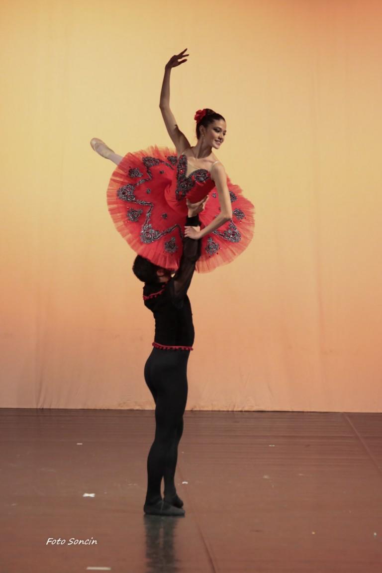 Charlotte Clementi e Federico Mella sul palco di uno spettacolo di danza