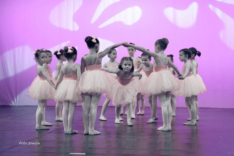 Spettacolo di danza propedeutica con bambini sul palco