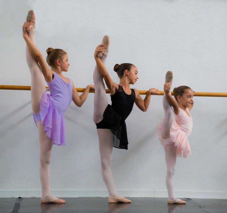 Allieve della scuola di danza in estensione alla sbarra