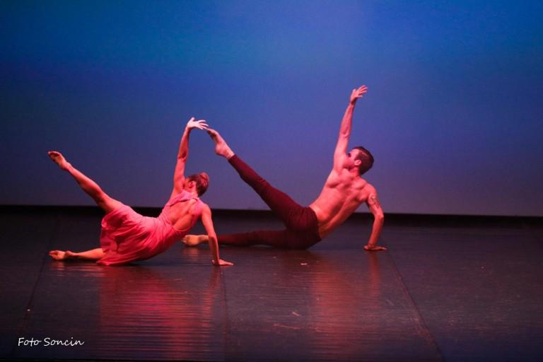 Ballerini che si esibiscono in 'Estro Armonico'