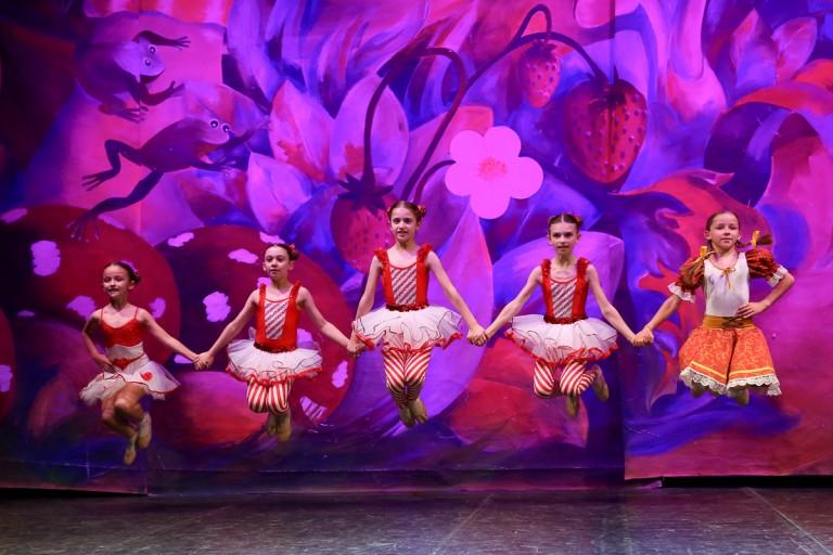 Ballerini che si esibiscono in 'Hansel e Gretel'