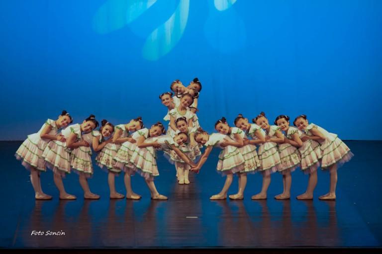 Ballerini che si esibiscono in 'Le Coeur de Paris'
