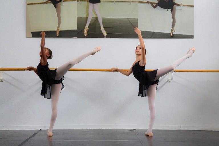 Allieve alla sbarra durante una lezione di danza classica