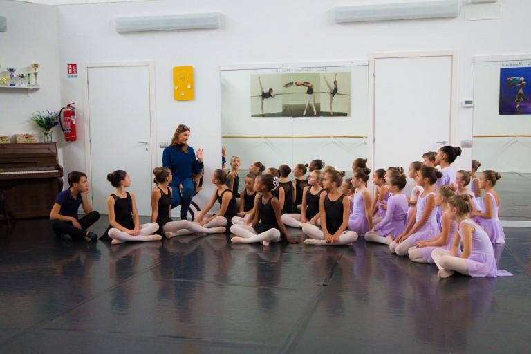 Allieva della scuola di danza durante una lezione di danza classica
