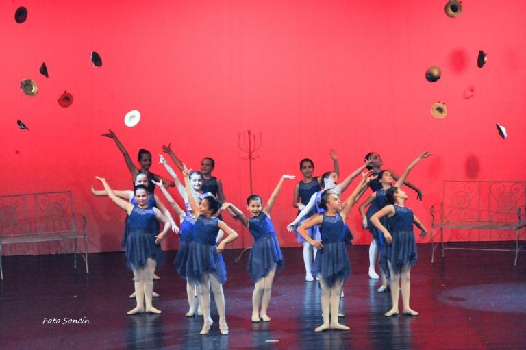 Allievi della scuola di danza sul palco durante un musical