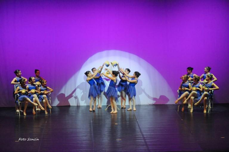 Allievi della scuola di danza durante un musical