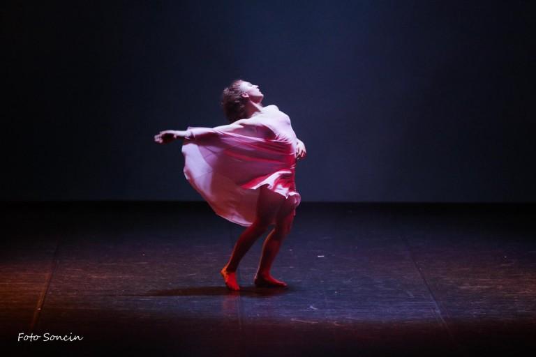 Noemi Calzavara sul palco durante lo spettacolo di danza