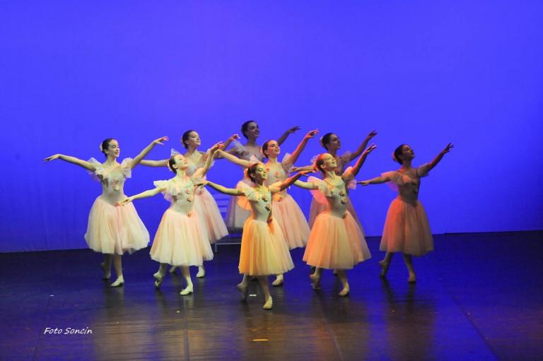 Ballerine della scuola di danza che si esibiscono in 'On Danse a Paris'