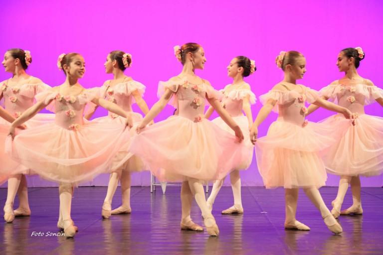 Ballerina durante spettacolo di danza 'Paris Paris Paris'