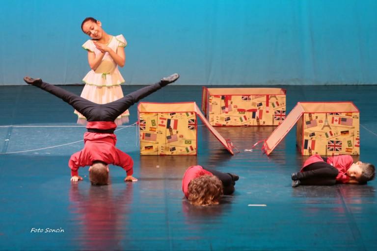 Ragazzi che si esibiscono sul palco durante uno spettacolo di danza