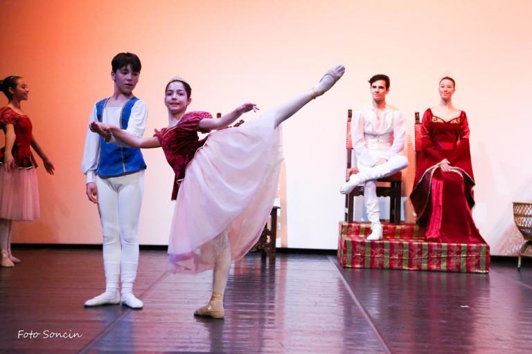 Ballerini che si esibiscono in 'La Bella Addormentata'