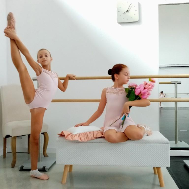 Scuola di danza e bambine con fiori