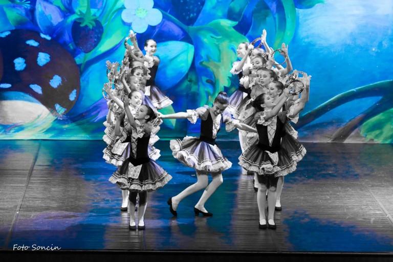 Ballerine che ballano la tarantella sul paco