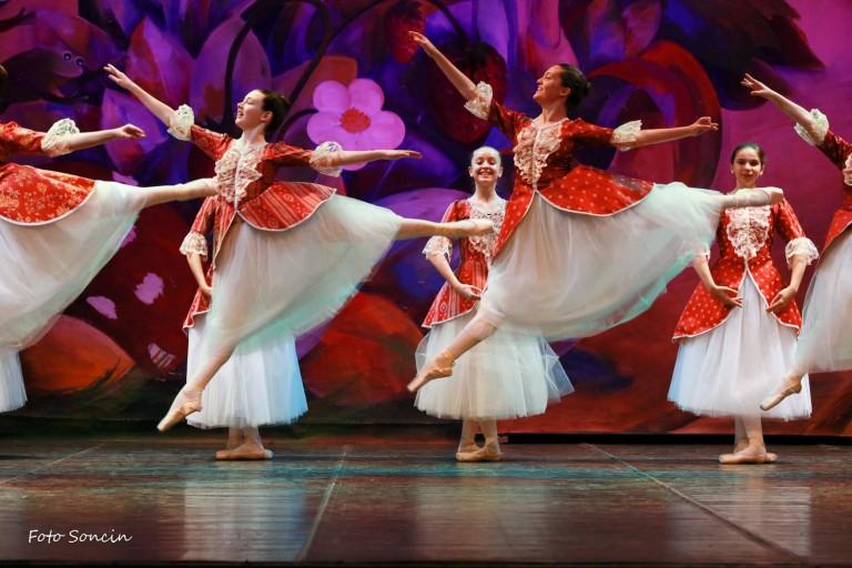 Ballerine sul palco con vestito rosso e bianco