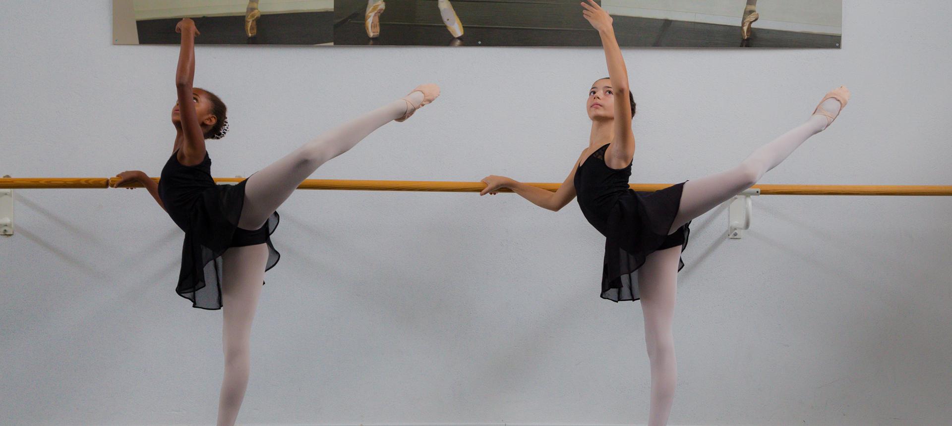 Allieve della scuola di danza durante una lezione di danza classica accedemica