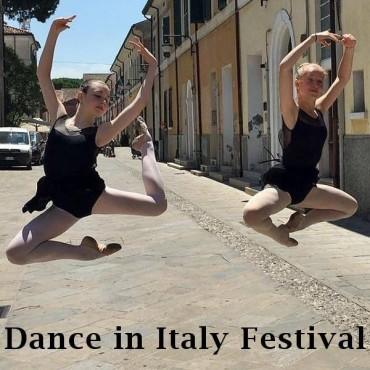Ballerine di danza classica negli scorci di Cervia
